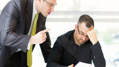 چگونه با یک مدیر سختگیر و بد رفتار کار کنیم؟