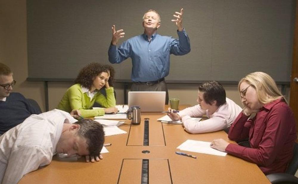 چگونه میتوان با یک مدیر پرحرف کنار آمد؟